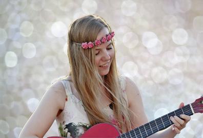 Gitarrespielende Frau