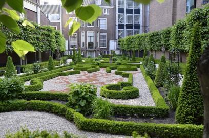 Amsterdamer Hofje mit barocker Gartenanlage