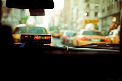 Taxikabine mit laufendem Gebührenzähler