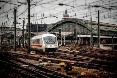 Kölner Hautbahnhof mit einlaufendem IC-Zug