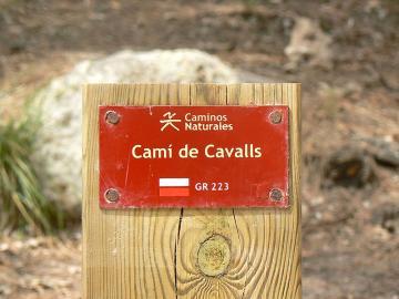 Schild des Wanderweges Camí de cavalls auf Menorca