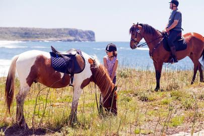 Vater und Tochter mit Reitpferden auf Meora