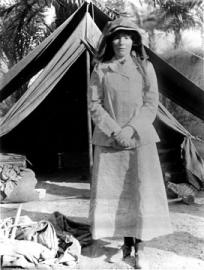 Gertrude Bell im Jahr 1909 bei Ausgrabungen im Irak.