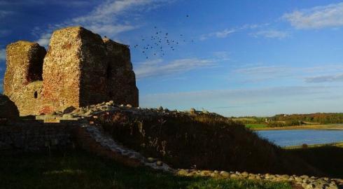 Burgruine auf der kleinen, dem Festland vorgelagerten Insel Kalø
