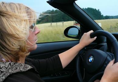 Autofahrerin am Lenkrad eines Cabrios