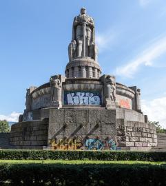 Bismarckdenkmal in den Hamburger Neustadtswallanlagen, Frontalansicht