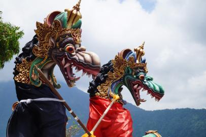 Drachenköpfe im Pura Ulun Danu Tempel am Beratan See auf Bali