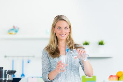 Wassertrinkende Frau