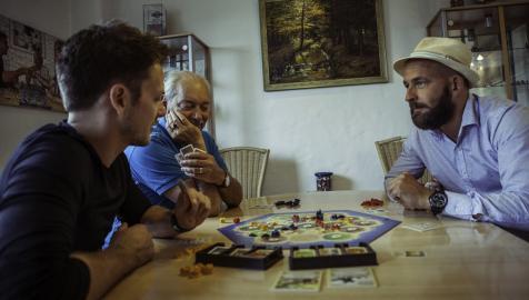 Klaus (der Erfinder) und Benny Teuber mit Thomas Raudnitzky beim Spiel.