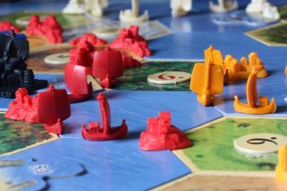 Catan-Spielfeld mit Spielfiguren der Seefahrer-Erweiterung