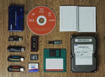 Speichermedien, darunter CD und US-Sticks