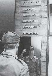 Wehrpflichtiger vor dem Verlassen der Kaserne