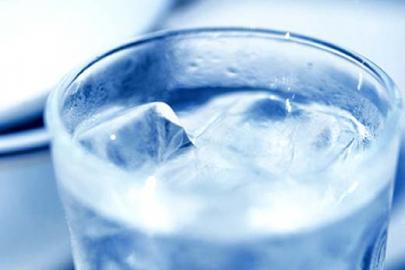 Eiswürfel im Wasserglas