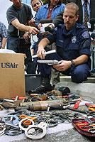 US-amerikanisches Sicherheitspersonal beim Einsammeln von verbotenen Gegenständen.