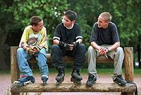 Jungs nehmen häufig die Rolle der Stärkeren und Überlegenen ein.