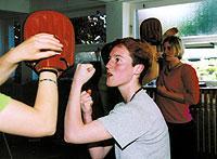 Bei der Selbstverteidigung lernen Mädchen, körperliche Stärke zu vermitteln. (Bildquelle: Jutta Sahlmüller/BellZett/gms)
