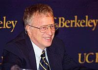 Erhält den Nobelpreis für seine Analyse von Märkten mit asymmetrischen Informationen: George A. Akerlof