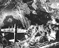 Ein B-17 Bomber der US-Armee überfliegt Peenemünde und greift ein Werk zur Herstellung von Raketenantriebsmittel an.