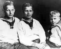 © NASA. Wernher von Braun als Kind (Mitte) mit seinen Brüdern..jpeg