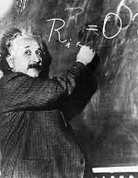 Albert Einstein beim Schreiben einer Formel