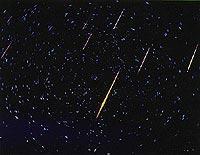 Lang belichtete Himmelsaufnahme. Die Leuchtspuren stammen vom Leonidenschwarm 1966.