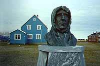 Foto: Herbert Funk/Lesestein.de. Eine Büste des norwegischen Volkshelden Roald Amundsen vor dem Haus der Koldewey-Station.
