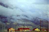 Foto: Herbert Funk/Lesestein.de. Versprengte Wohnhäuser auf Svalbard