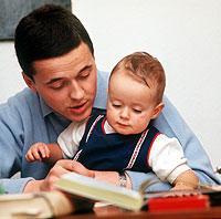 """Kinder mit ins Büro nehmen: Beim Modell """"Eltern-Kind-Arbeitsplätze"""" ist das möglich."""