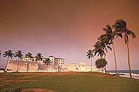 """Eine der vielen Sklavenburgen an der """"Goldküste"""": Emina Castle (© 2001, Photos"""