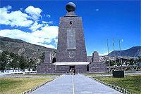 """Die """"Mitte der Welt"""": Äquator-Denkmal (© G. Huber).jpeg"""
