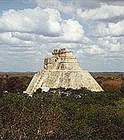 Uxmal: Pyramide des Zauberers (© L. Scheitzach).jpeg