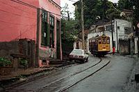 """Nostalgie auf Schienen: Der hölzerne """"bondinho"""" rappelt durch das Künstlerviertel Santa Teresa."""