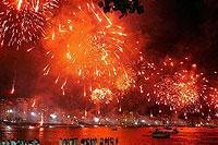 Silvester an der Copacabana: Neben dem traditionellen Feuerwerk zur Begrüßung des neuen Jahres huldigen die Brasilianer ihre Meeresgöttin mit Kerzenschein am Strand und Rosen auf dem Meer.