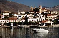 Noch zu haben: Im Golf von Korinth/Griechenland wartet eine Insel auf einen kauffreudigen Besitzer in spe.