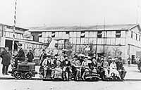 Die erste elektrische Bahn – hier ein kleines Vorgängermodell – beim Transport von Gästen auf der Berliner Gewerbeausstellung (1879)