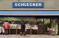 Drogeriemärkte wie die Einzelhandelskette Schlecker konnten in den vergangenen Jahren ihren Marktanteil stark verbessern.