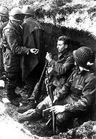 Argentinische Soldaten in einem Schützengraben kurz nach den ersten Angriffen durch britische Truppen im Mai 1982