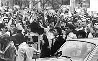 Argentinier jubelten im April 1982 in Buenos Aires nach der Bekanntgabe der Eroberung der Falkland-Inseln durch argentinische Truppen; nur zwei Monate später hatten britische Truppen die Inseln zurückerobert.