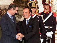 Freundschaftliches Treffen: Der britische Thronfolger Prince Charles zu Besuch beim argentinischen Präsidenten Carlos Menem im März 1999