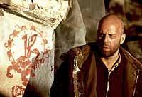 """Foto: FFV. In """"12 Monkeys"""" reist Bruce Willis als Jack Cole zurück ins Jahr 1996, um den Lauf der Ereignisse zu verändern.."""