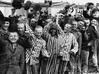 Gefangene im KZ Dachau, die ihren amerikanischen Befreiern zujubeln.