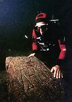 Der französische Meeresarchäologe Franck Goddio entdeckte im Hafenbecken von Alexandria (Ägypten) Überreste antiker Stätten sowie Obelisken, Statuen und zahlreiche andere Gegenstände.