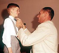Seit jeher ist der Vater für den Eintritt des Sohnes in die Welt der Erwachsenen zuständig.