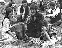 Stets auf der Suche nach Liebe und Frieden: die Hippies und Blumenkinder der 1970er Jahre.