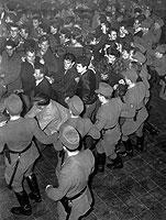Die sog. Halbstarken sorgten für Rabbatz – so wie hier auf einem Bill Haley-Konzert in Stuttgart anno 1958.
