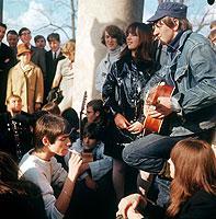 """Sog. """"Gammler"""" Ende der 60er Jahre: Die Jugendlichen stehen auf Musik, Drogen, freie Liebe und Rebellion."""