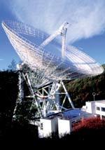 Radioteleskop bei Effelsberg mit einem Metallspiegel von 100m Durchmesser