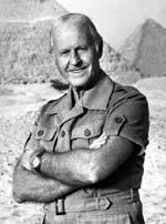 Heyerdahl vor der Cheops-Pyramide (links) in Ägypten.