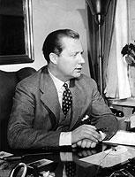 Axel Springer, Gründer des gleichnamigen Verlagshauses in Hamburg, revolutionierte 1952 mit der BILD-Zeitung die deutsche Medienlandschaft (Aufnahme von 1954).