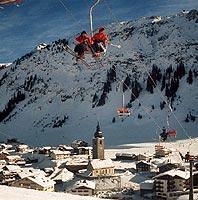 Der verschneite Wintersportort Lech am Arlberg